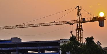 """塔吊是建筑工地上常用的一种起重设备又名""""塔式起重机"""""""